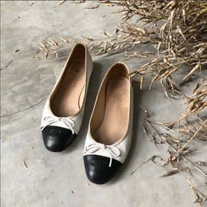 Pre-owned Chanel two tone CC ballet flat 39.5